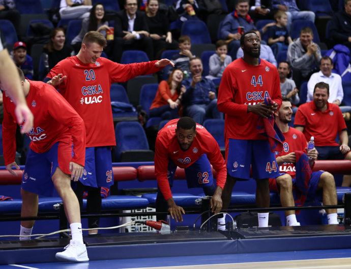Кольцо блокирует Седрика Симмонса, игроки ЦСКА заваливают led-экраны – все самое смешное за неделю